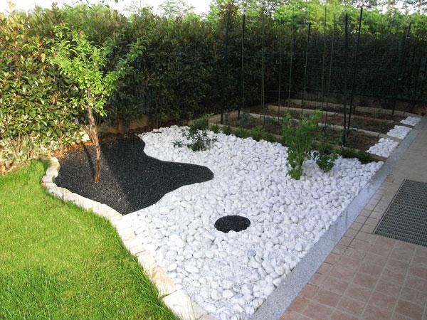 Produzione vendita e piantumazione di piante ornamentali giovani piante da talea o da innesto - Giardini con pietre bianche ...